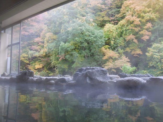 紅葉に彩られる大沢温泉山水閣豊沢の湯