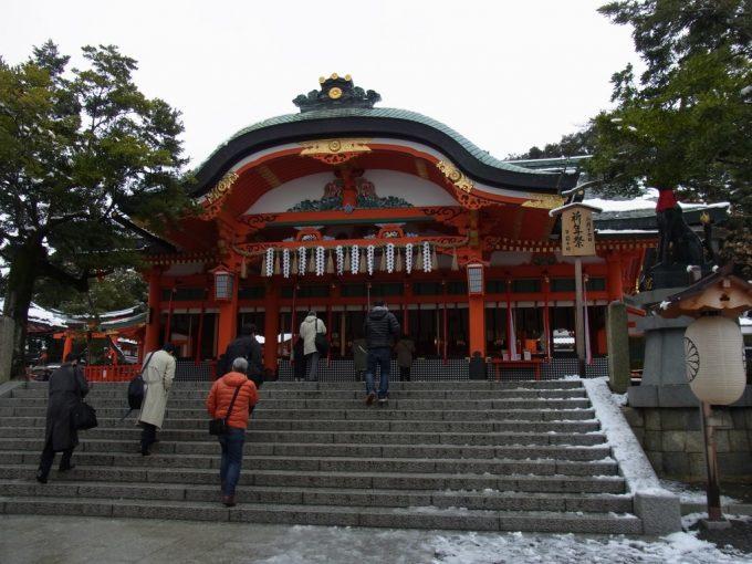 冬の京都伏見稲荷大社鮮やかな色彩の本殿