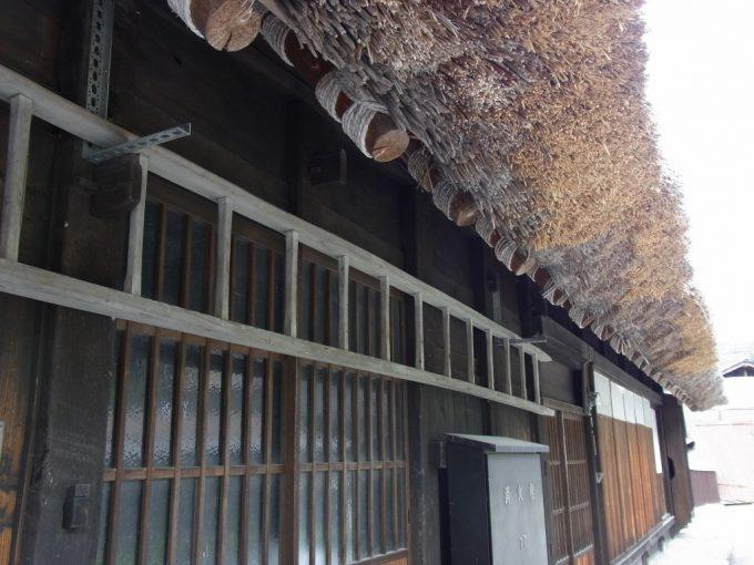 白川郷合掌造り分厚い茅葺と太い丸太組み