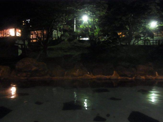 静まり返った夜の混浴露天風呂大沢の湯
