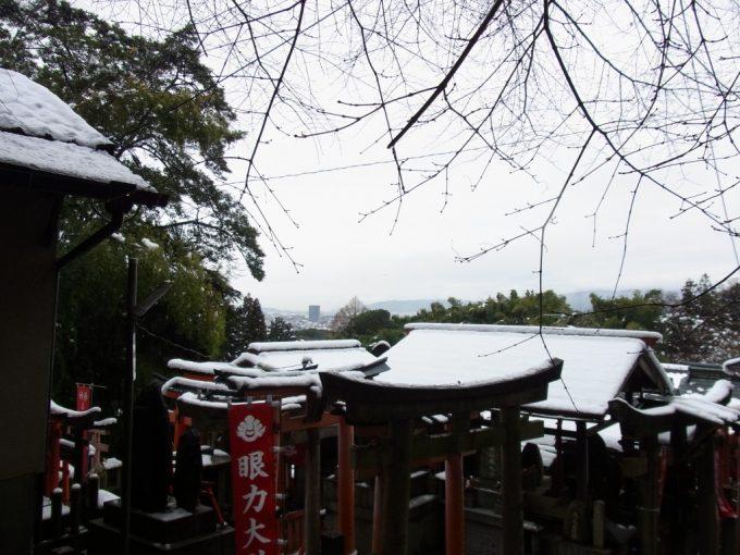 冬の京都伏見稲荷大社雪道を下山