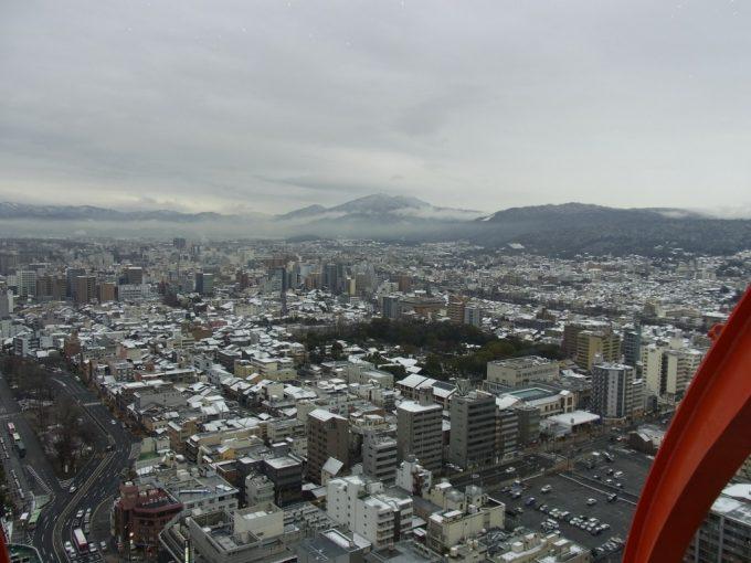 冬の京都タワーから眺める雪化粧の京の街