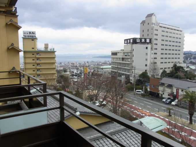 別府鉄輪温泉黒田や客室から眺める温泉街と海