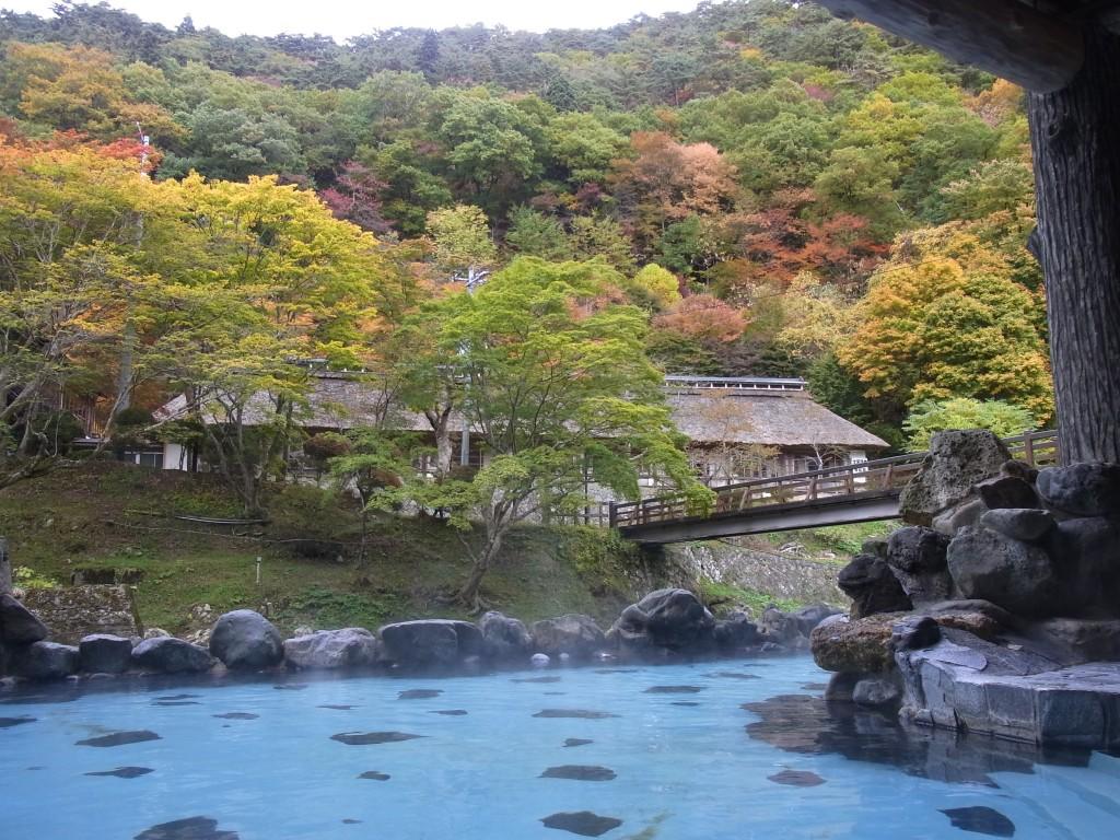 紅葉に彩られる大沢の湯と菊水館