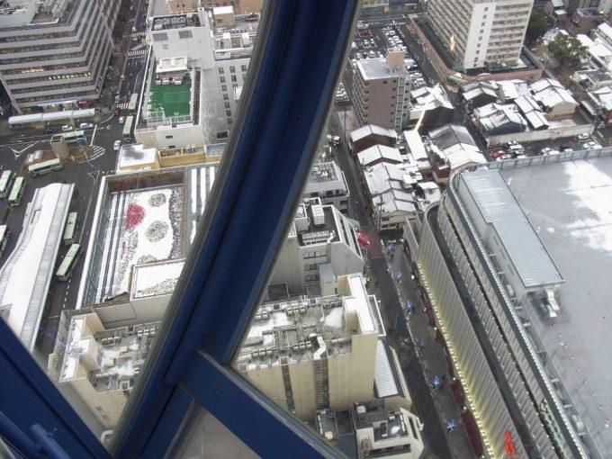 京都タワー階段足元透けるガラス張り