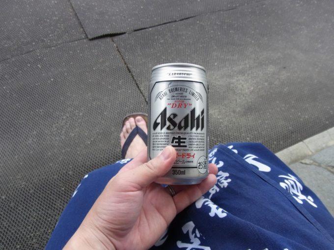 湯上がりに浴衣を着て合掌造りの軒下で飲む冷たいビール
