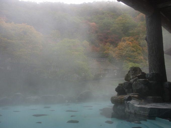 大沢温泉露天風呂大沢の湯湯けむり越しに眺める紅葉