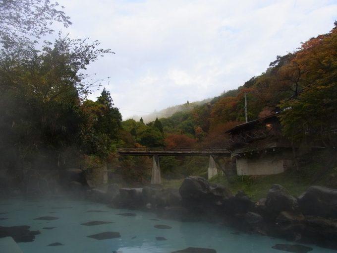 紅葉の時期の大沢温泉混浴露天風呂大沢の湯