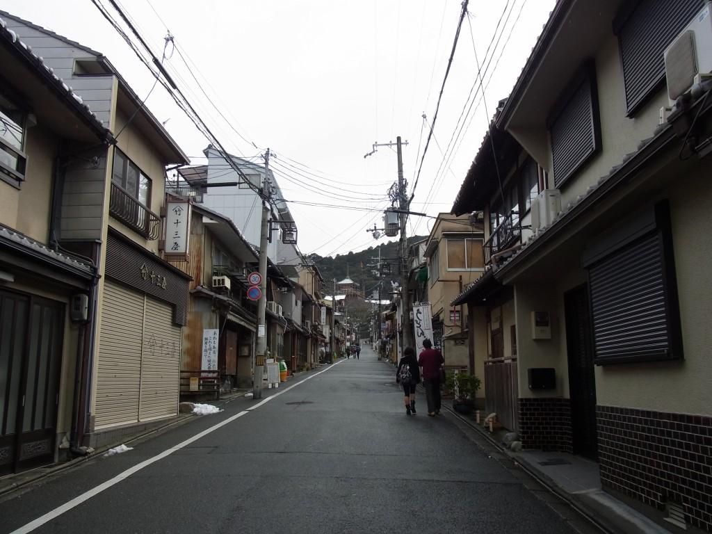 冬の京都雨の茶わん坂