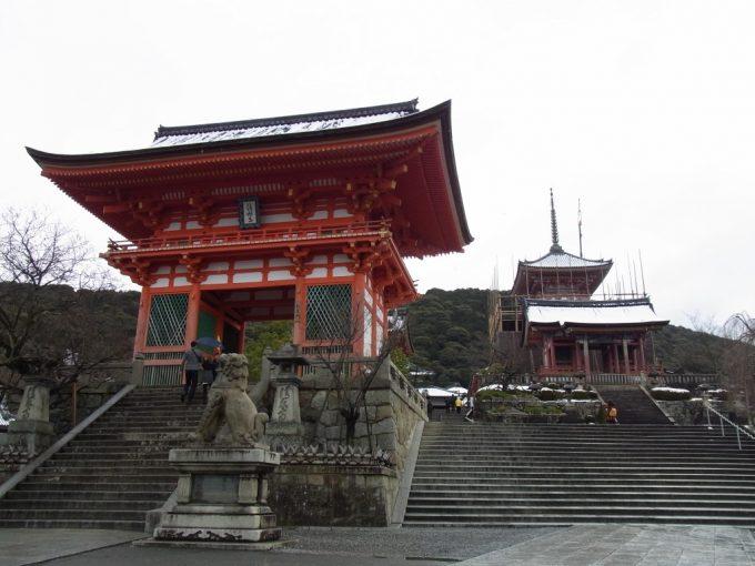 冬の京都うっすらと雪の積もる清水寺仁王門