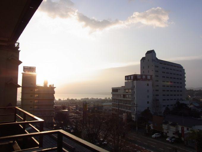 朝日に輝く別府鉄輪温泉の街並み
