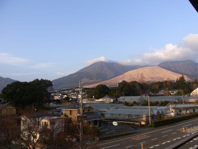 朝日に染まる別府の山