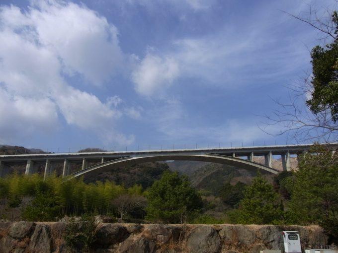 別府温泉保養ランドから眺める巨大アーチ橋と冬晴れの青空