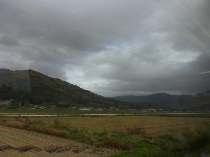 釜石線車窓から眺める曇り空の遠野