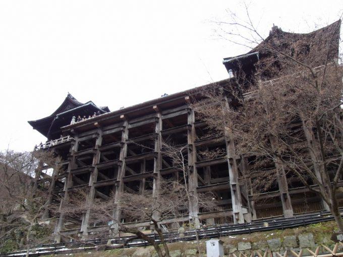 冬の京都清水の舞台を見上げる