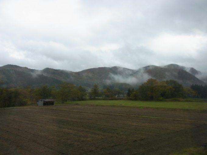 釜石線より眺める霞のかかる遠野
