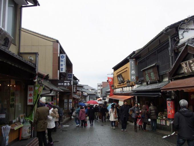 冬の京都雨の清水寺参道