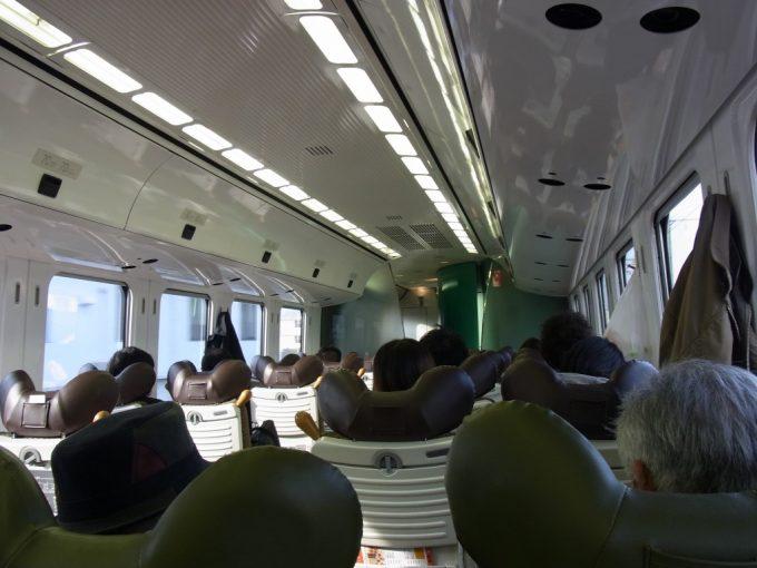 日豊本線特急ソニック特徴的なヘッドレストが並ぶ車内