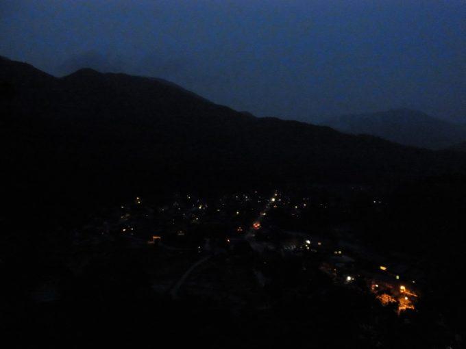 夕闇に包まれた白川郷合掌造り集落