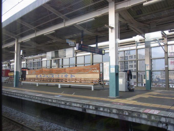 中津駅日本一長い鱧の椅子