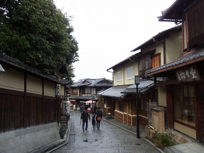 冬の京都雨の二寧坂