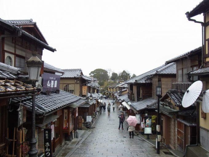 冬の京都雨に濡れる石畳