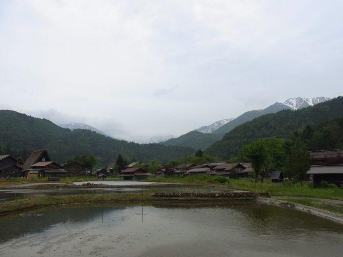 初夏の白川郷朝の静かな集落と残雪の山