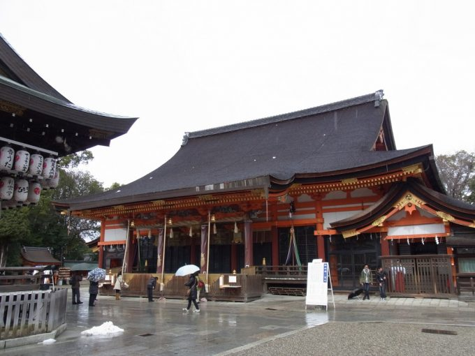 冬の京都雨の八坂神社