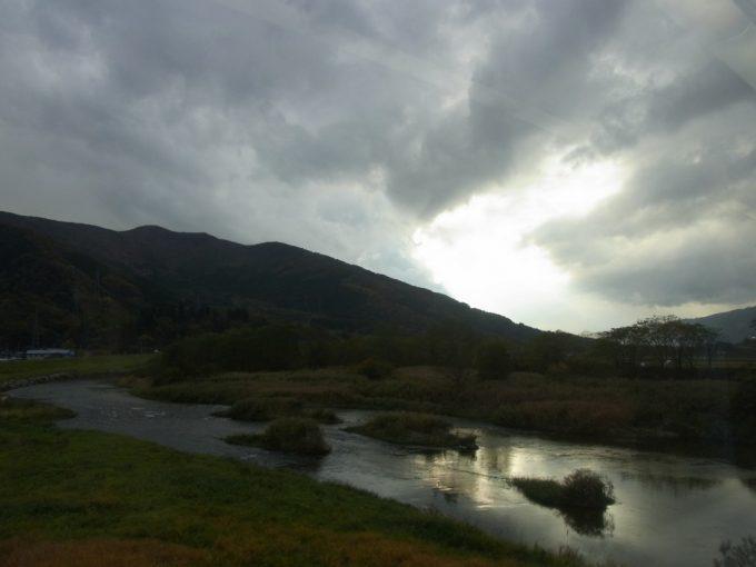 釜石線車窓輝く川