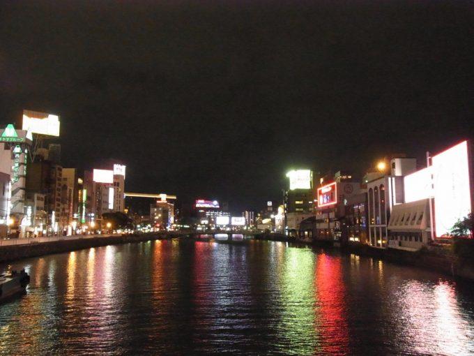 川面に映るネオンが美しい夜の中洲