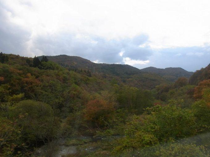 秋色に彩られる釜石線の車窓