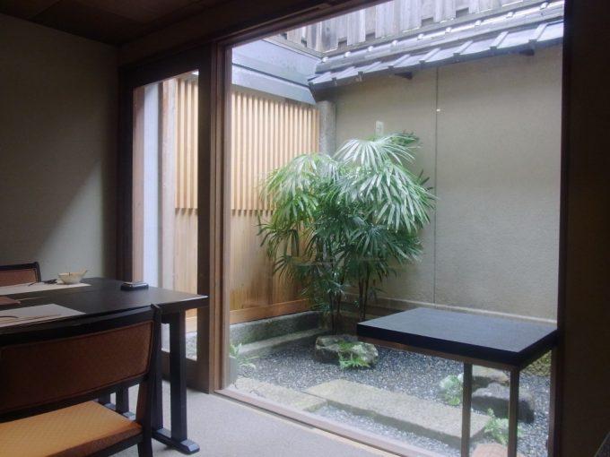 京都祇園うえもり中庭を望む店内