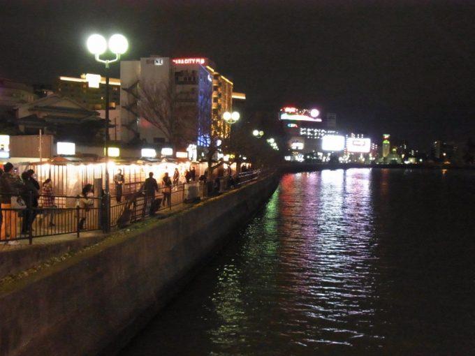 夜の中洲川沿いを彩る屋台