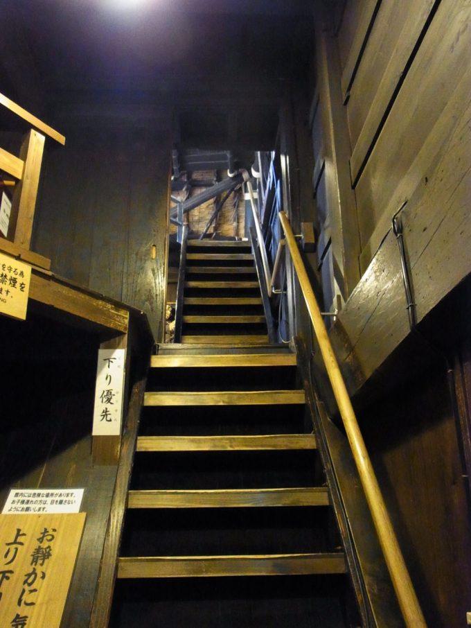 白川郷合掌造り集落和田家細く急な階段