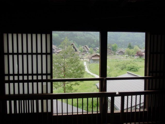 白川郷合掌造り集落和田家合掌造りの窓から眺める集落