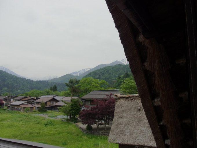 合掌造りの軒下から眺める白川郷