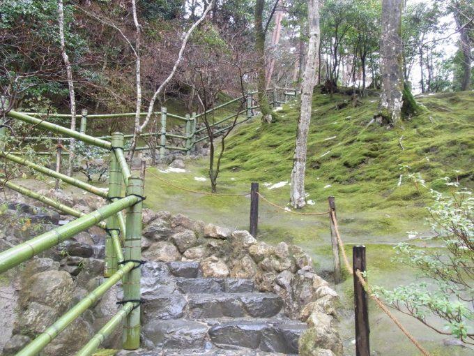 冬の京都雨の銀閣寺山裾に広がる庭