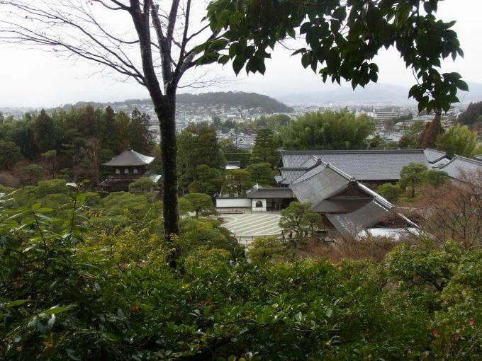 冬の京都雨の銀閣寺高台から望む庭と京の街