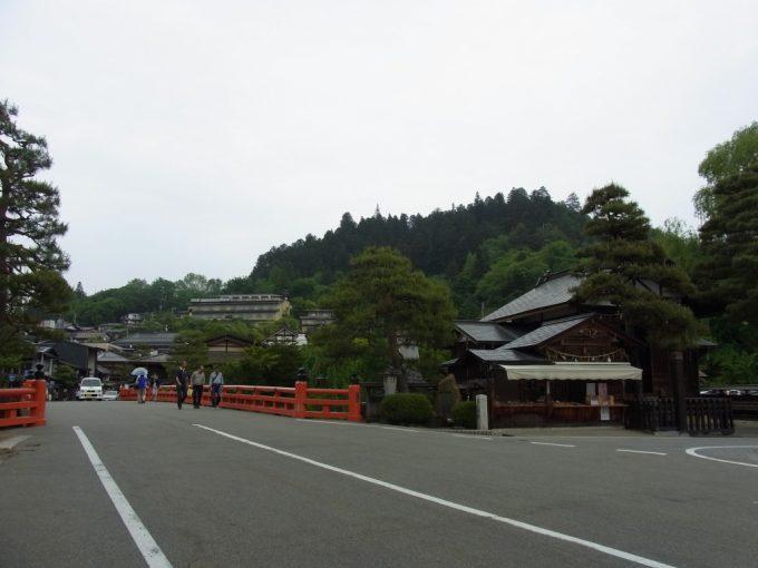飛騨高山赤い欄干の橋を渡り古い街並みへ