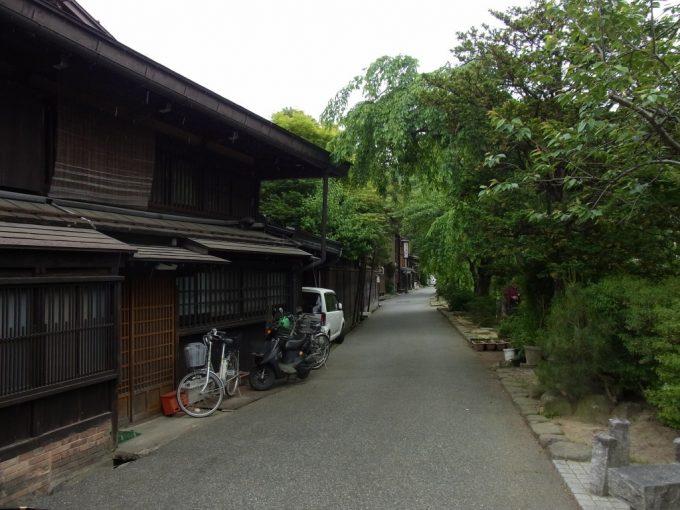 飛騨高山川沿いの緑と黒い家