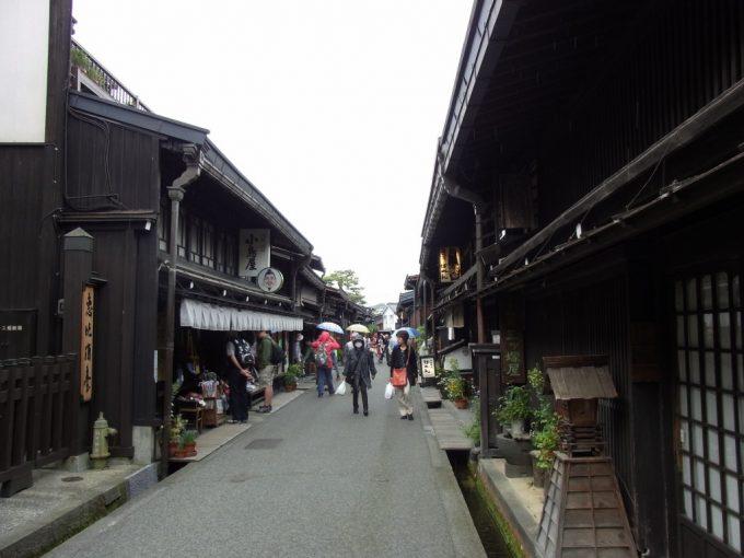観光客でにぎわう飛騨高山古い街並み