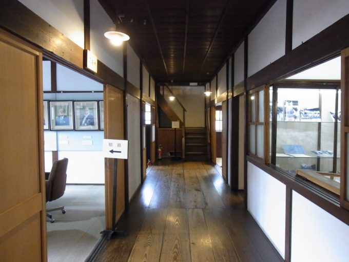 飛騨高山旧高山町役場市政記念館磨かれた木の廊下