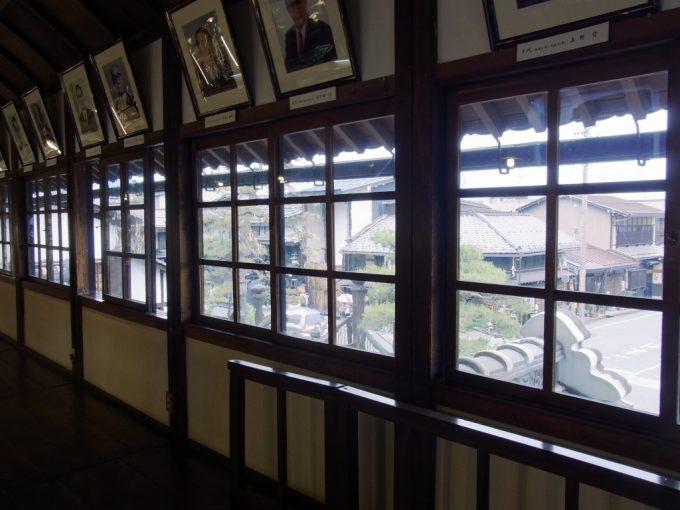 飛騨高山旧高山町役場市政記念館木枠の窓から眺める古い街並み
