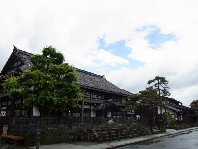 雨上がりの青空と旧高山町役場
