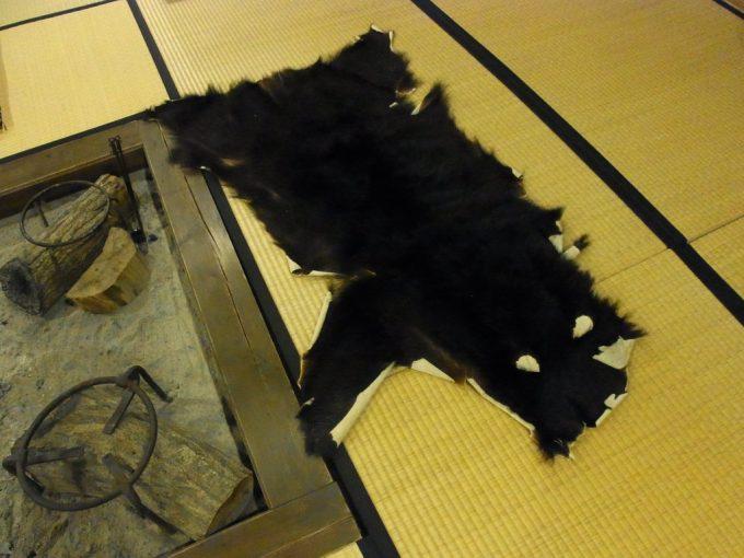 奥飛騨温泉郷新平湯温泉旅館藤屋温泉熊の敷き皮