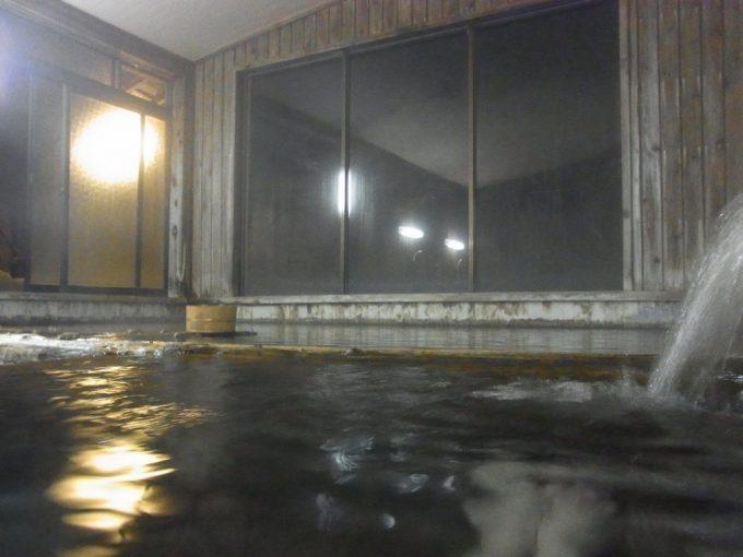 奥飛騨温泉郷新平湯温泉旅館藤屋夜の静かな冷泉