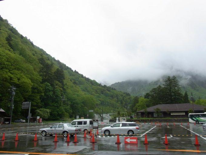 雨の弱まった平湯バスターミナル