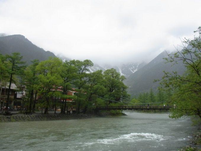 初夏の雨の上高地初めての河童橋とご対面