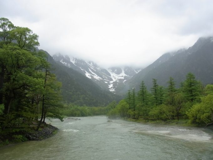 初夏の雨の上高地目の前に立ちはだかるアルプス