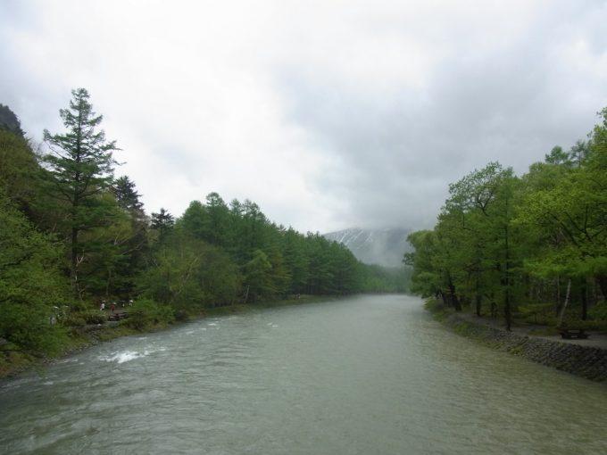 初夏の上高地雨で増水する梓川